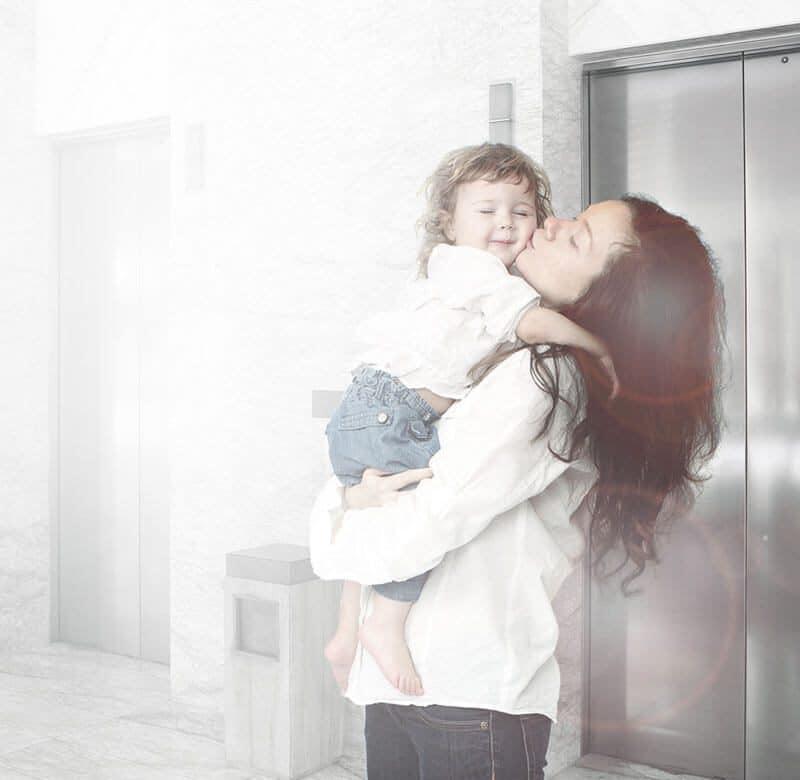 criança no elevador precisa estar acompanhada